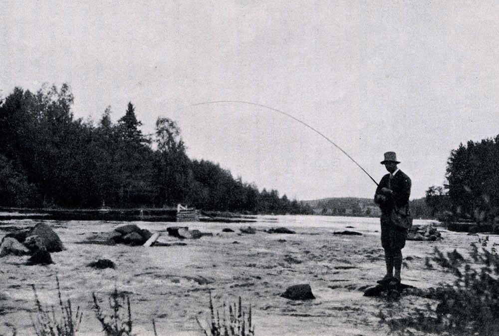 Perhokalastaja Hietamankoskella 1900-luvun alkupuolella.